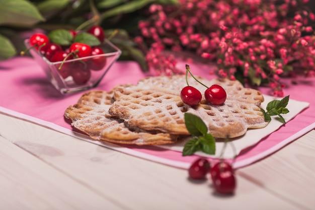 Verse wafels met fruit in de zomertijd