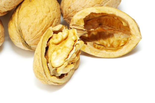 Verse walnoten geïsoleerd op een witte achtergrond