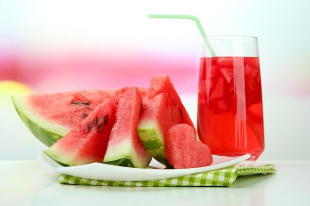 Verse watermeloen en een glas watermeloensap