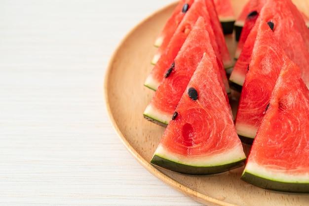 Verse watermeloen gesneden op houten plaat