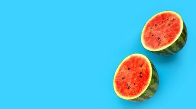 Verse watermeloen op blauwe achtergrond.