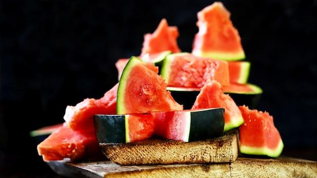 Verse watermeloen op een donkere achtergrond