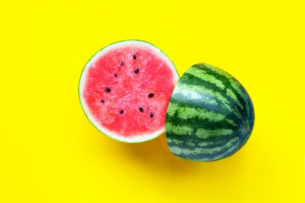 Verse watermeloen op gele achtergrond.
