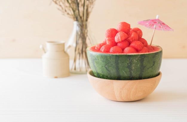 Verse watermeloen op tafel