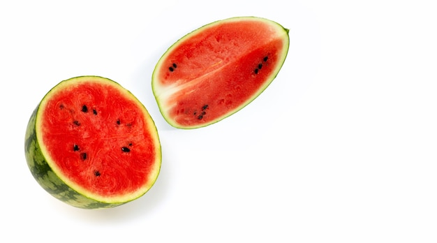 Verse watermeloen op witte achtergrond.