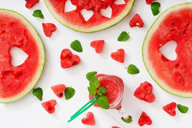 Verse watermeloen smoothies met munt op witte houten tafel. plat leggen. bovenaanzicht