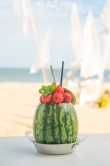 Verse watermeloen smoothies met zee strand achtergrond