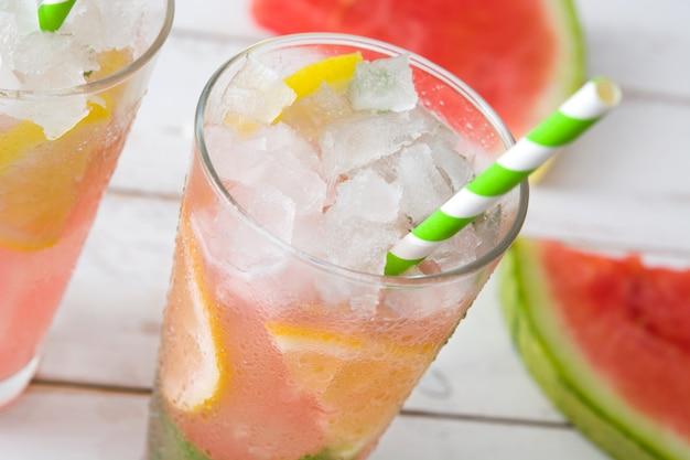 Verse watermeloenmojito op witte houten lijst