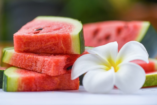 Verse watermeloenplak en witte flowe