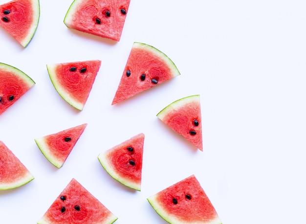 Verse watermeloenplakken op witte achtergrond.
