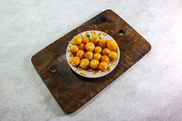 Verse winterkersen physalis kaapse kruisbes aguaymanto uvilla peruaans fruit op een bord