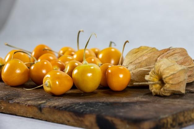 Verse winterkersen physalis kaapse kruisbes aguaymanto uvilla peruaans fruit op een hout