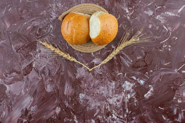 Verse witte broodjes met tarweoren op een lichte achtergrond.