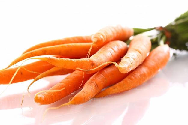 Verse wortel op tafel