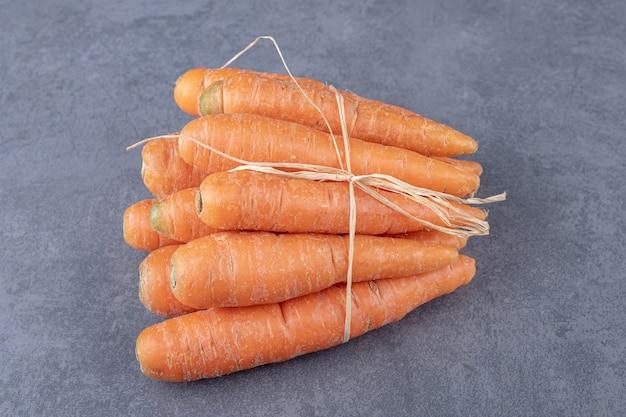Verse wortelbos, op het marmeren oppervlak.