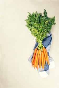 Verse wortelen bos. ruwe verse organische oranje wortelen. gezond veganistisch plantaardig voedsel.