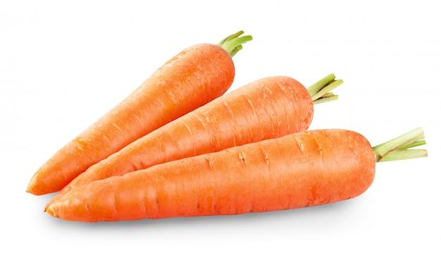 Verse wortelen die op wit worden geïsoleerd