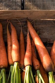 Verse wortelen in houten kist. biologische boerderij