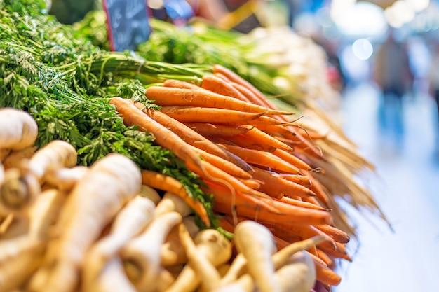 Verse wortelen op de centrale markt in boedapest, hongarije