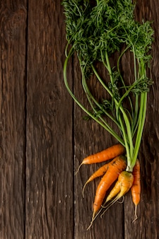 Verse wortelen op een houten ondergrond