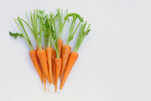 Verse wortelen op wit