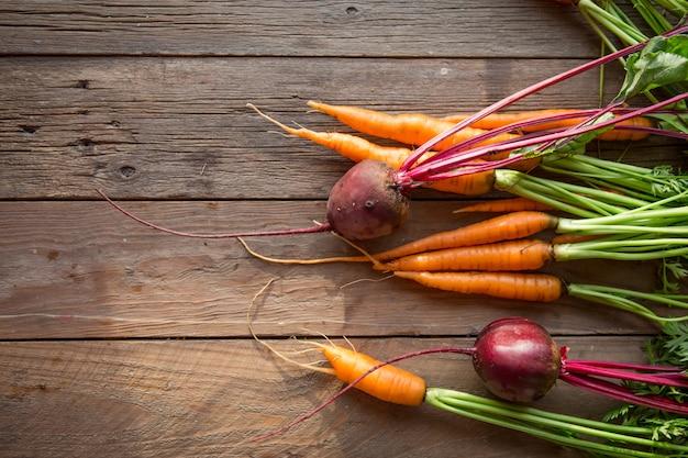 Verse wortelen, rode bietenhoop met groene stengels