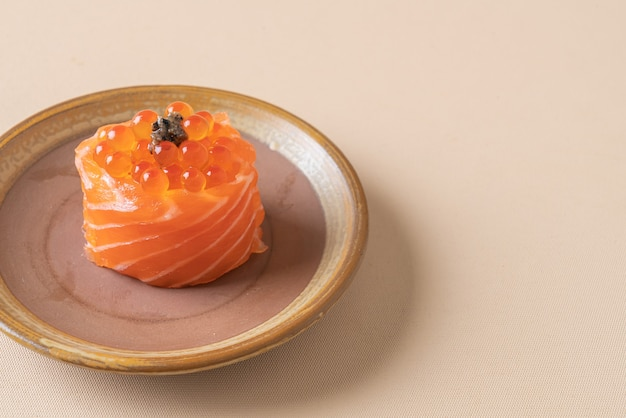 Verse zalm rauw met zalmei sushi - japans eten stijl