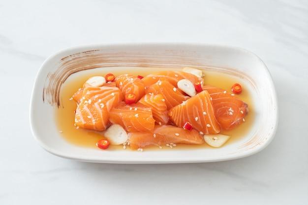 Verse zalm rauwe gemarineerde shoyu of zalm gepekelde sojasaus - aziatische stijl