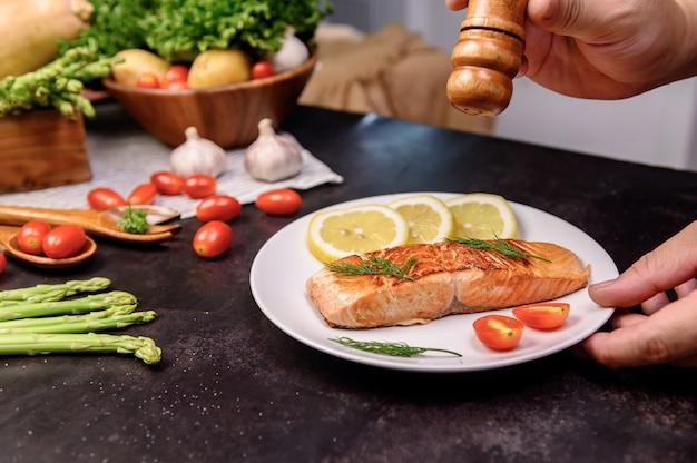 Verse zalm steak met salade. online leren voor het koken van dieet en gezond eten wanneer u thuis blijft tijdens het coronavirus.
