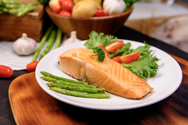 Verse zalm steak met salade. online leren voor kookdieet en gezond eten wanneer u thuis blijft tijdens het coronavirus.