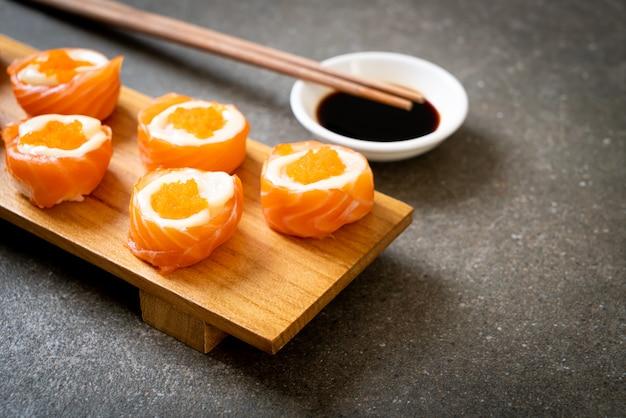 Verse zalm sushi roll met mayonaise en garnalen ei, japans eten stijl