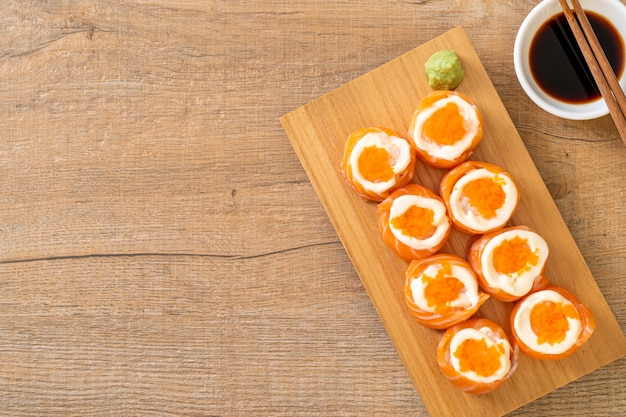 Verse zalm sushi roll met mayonaise en garnalen ei
