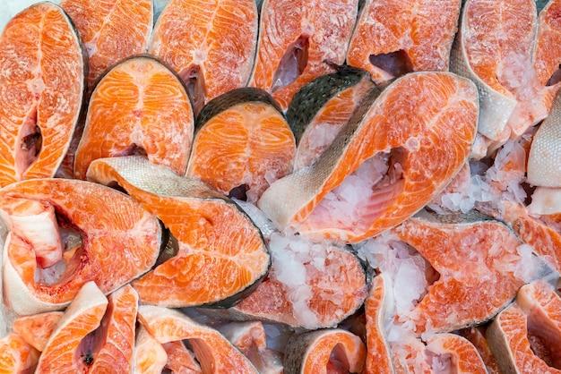 Verse zalmsteaks. verkoop van zeevruchten in een supermarkt.