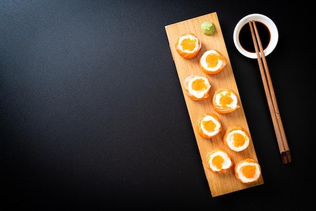 Verse zalmsushi met mayonaise en garnalenei - japans eten