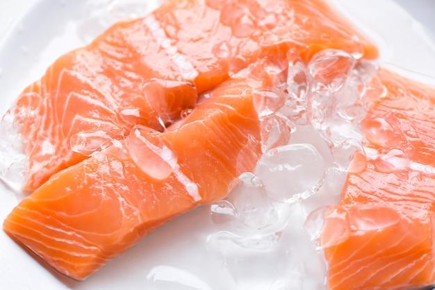 Verse zalmvissen op ijs, close-up van rauwe zalmfiletzeevruchten voor sashimi
