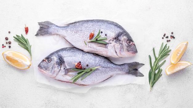 Verse zeebrasemvissen klaar om te worden gekookt