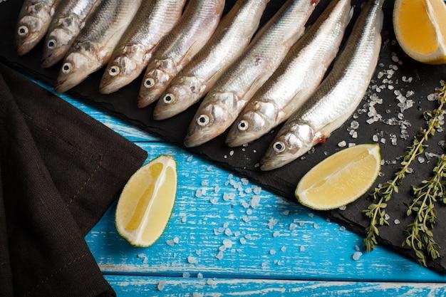 Verse zeevis, spiering of sardines.