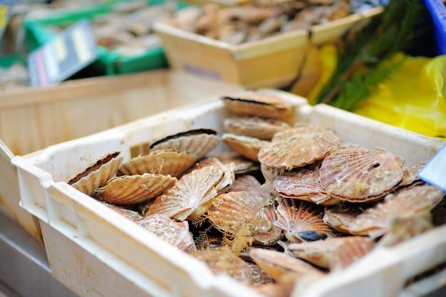 Verse zeevruchten in witte doos voor verkoop op vissenmarkt van parijs, frankrijk