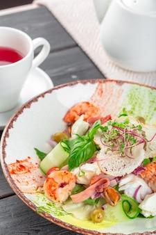 Verse zeevruchten salade geserveerd met garnalen en greens