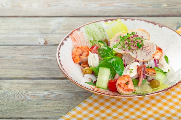 Verse zeevruchten salade geserveerd met garnalen