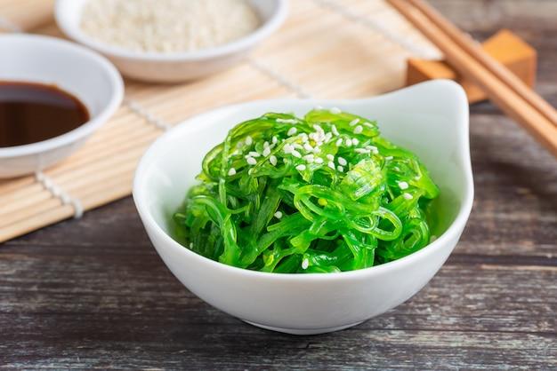 Verse zeewiersalade, gezond vegetarisch voedsel.