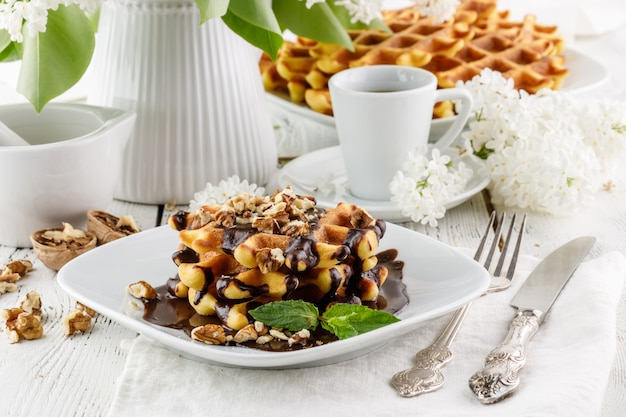 Verse zelfgemaakte belgische wafels voor het ontbijt