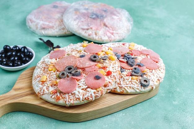 Verse zelfgemaakte bevroren minipizza's.