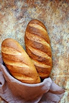 Verse zelfgemaakte brood op een bruin oppervlak