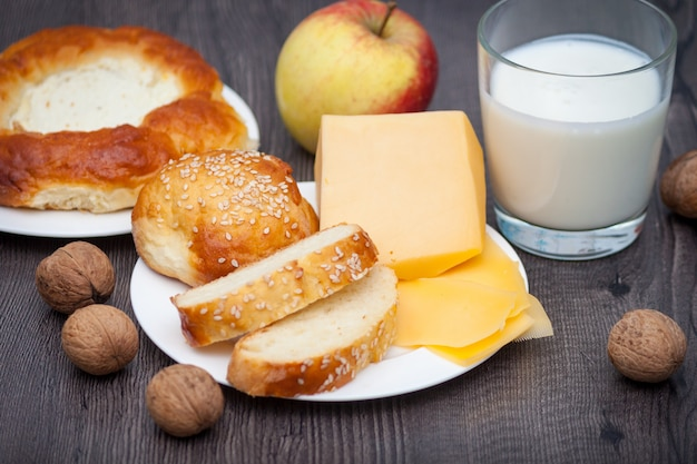 Verse zelfgemaakte broodjes met sesam en kaas