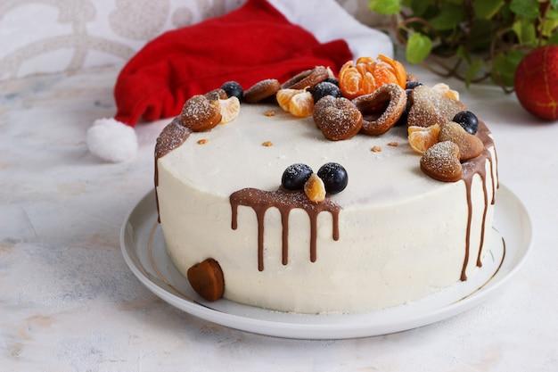 Verse zelfgemaakte cake met mandarijnen voor nieuwjaarsfeest