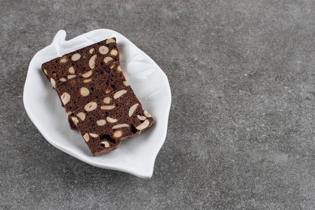 Verse zelfgemaakte cake plakjes. zelfgemaakte verse taart.