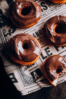 Verse zelfgemaakte donuts geglazuurde chocolade. lief voedsel.