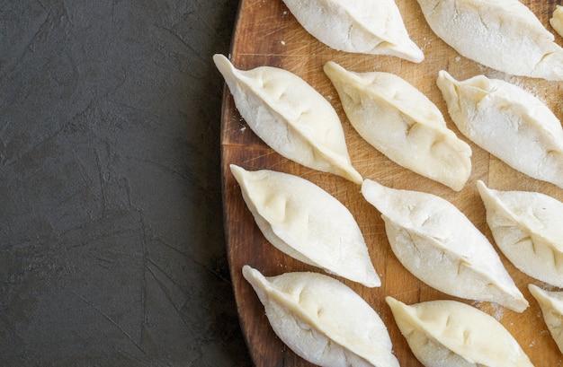 Verse zelfgemaakte dumplings op tafel