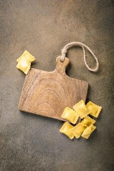 Verse zelfgemaakte gevulde vierkante pasta ravioli